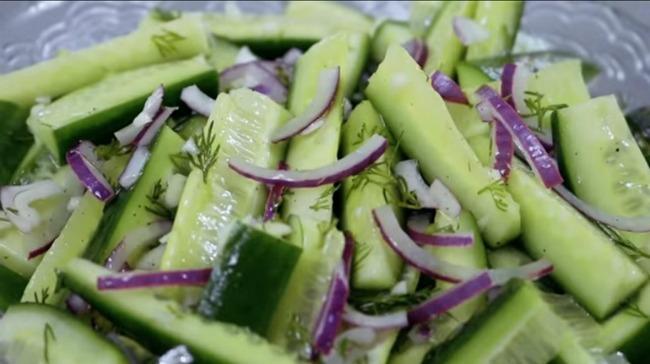 Літній салат зі свіжих огірків
