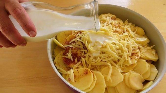 Заливаємо картоплю кефіром і ставимо в духовку. Таку смакоту ви ще не їли
