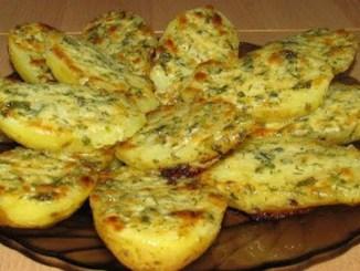 Надзвичайно смачний гарнір — ароматна картопля в духовці в часниковому маслі і з сиром