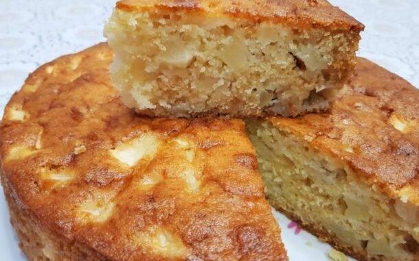 Манник з яблуками: пишний пиріг на кефірі, який готується простіше, ніж шарлотка