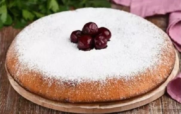 Заморожені ягоди просто заливаю тістом: ніжний пиріг до чаю за лічені хвилини!