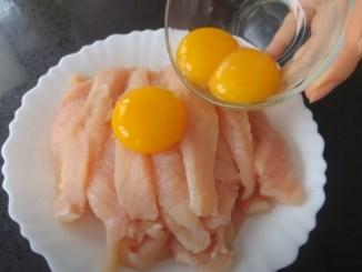 Просто залийте яйцями курячу грудку! Швидко, смачно і дуже ніжно!