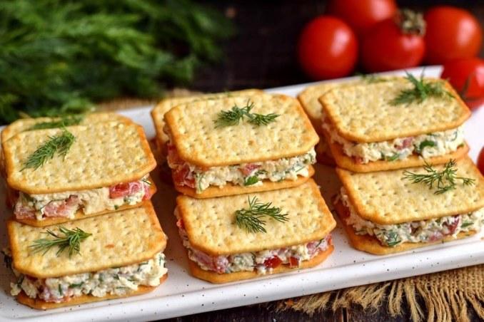 Готуємо смачну і вишукану закуску за 15 хвилин — сирна закуска на крекерах