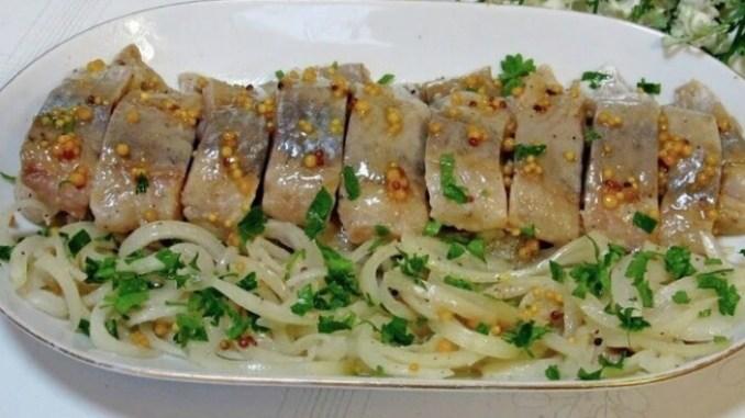 Рецепт смачного оселедцю з цибулею та гірчицею. Такого ви ще не готували