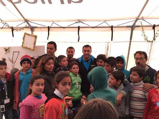 1220152205820635زيارة-كاظم-الساهر-لمخيمات-اللاجئين-(8)