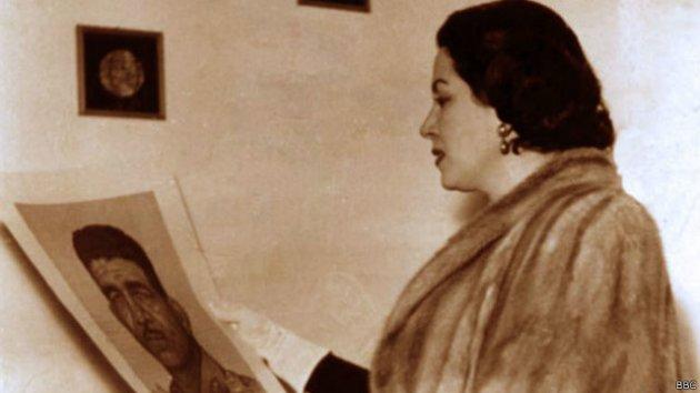 ليلى مراد تحمل صورة الرئيس الراحل محمد نجيب