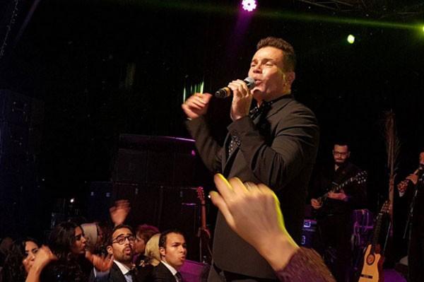 عمرو دياب يشعل مواقع التواصل الاجتماعي بحفل زفاف في السيرك 3 30/11/2017 - 4:39 م