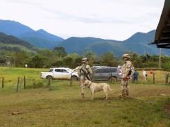 Hund Morgan mit Soldaten und Metaldetektor ©Stephan Kroener