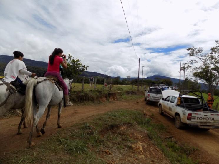 Bauern machen Fotos von den parkenden SUVs ©Stephan Kroener