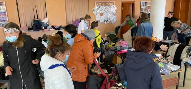 Раздача продуктов и вещевой помощи нуждающимся семьям поселка Ола.
