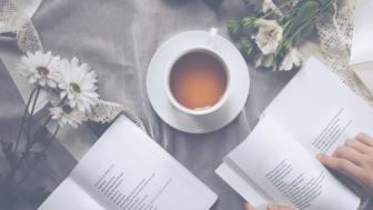 本とティーカップの画像