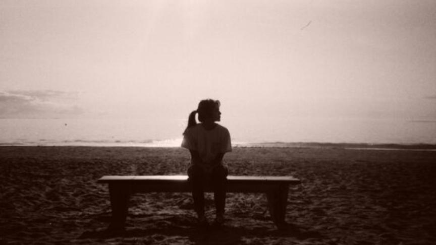 ベンチに座っている女性のシルエット