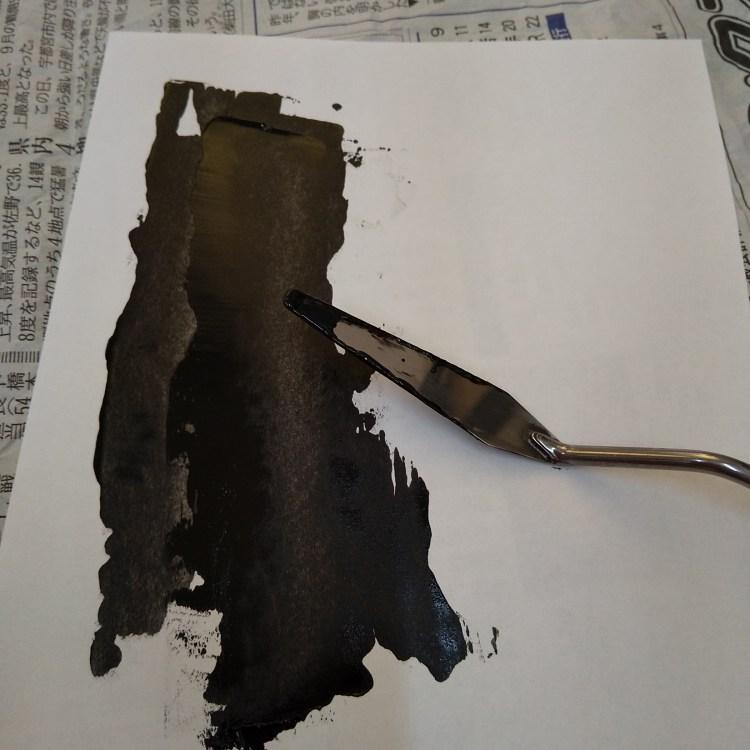 コーピー用紙や、上質紙、クロッキー用紙のような薄い紙の上に油絵の具の黒をペインティングナイフでうすく伸ばしていきます。