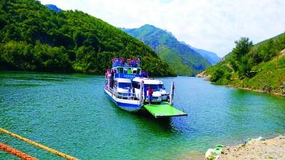 Ferry Berisha in Koman Lake (17)