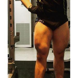 脚トレ大腿四頭筋内側広筋上側メイン。大腿四頭筋内側広筋上側→内側広筋下側→外側広筋上側→外側広筋下側→大腿直筋→中間広筋で締め。セイフティスクワットバー40kg、25kg、デッドスクワット30kg、マシンハックスクワット35kg、45度レッグプレスナロウスタンス90kg2パターン、同50kg、レッグエクステンション10kg2パターンで締め。今日は1時間ジャストでした脚トレめちゃめちゃ楽しいですね昔は高重量上げ下げのキツイだけの拷問トレでしたので余計にサブはカーフでした。自分のジムを持つことによってトレーニング技術が明らかに向上してます色々な制限無く全身全霊を込めて集中して追い込めるようになった事がよりボディメイクのスピードを上げられている要因の一つかなと他人の目がモチベーションを上げる場合もありますが、大抵無意識に他人を気にしてトレーニングの質が下がってしまう方が多いのでは元来トレーニングって全然理想じゃない身体を理想に近づけるというとてもプライベートなものですもんね顕在意識で頑張らずに、はるかに強大な無意識に逆らわずに集中できる環境大事です実現するのはなかなか難しいですけれど あとはインスタに写真あげることによってポージングの際の力の入れ方も上手くなっている気がしますね#小松パーソナルトレーニングジム #プライベートジム #パーソナルトレーニング #パーソナルトレーナー #パーソナルトレーニングジム #ダイエット #シェイプアップ #パーソナルジム #くびれ #産後ダイエット #産後太り #フィジーク #マッチョ #ボディメイク #フィットネス #筋肉 #肉体改造 #筋トレ #腹筋 #痩せる #ダイエット仲間募集#モデル体型 #筋トレ女子 #下半身痩せ #ヒップアップ #バストアップ #引き締め #美脚 #personaltrainer #personaltraining