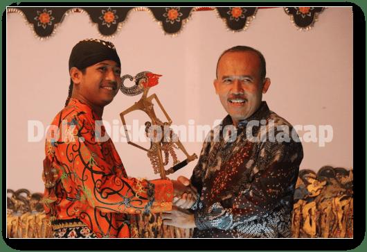 Sosialisasikan Pembangunan, Diskominfo dan FK Metra Gelar Wayang Kulit