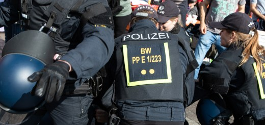 Prozess nach 1.-Mai-Demo: Wollte Gewerkschafter schlichten oder Polizeiarbeit behindern?