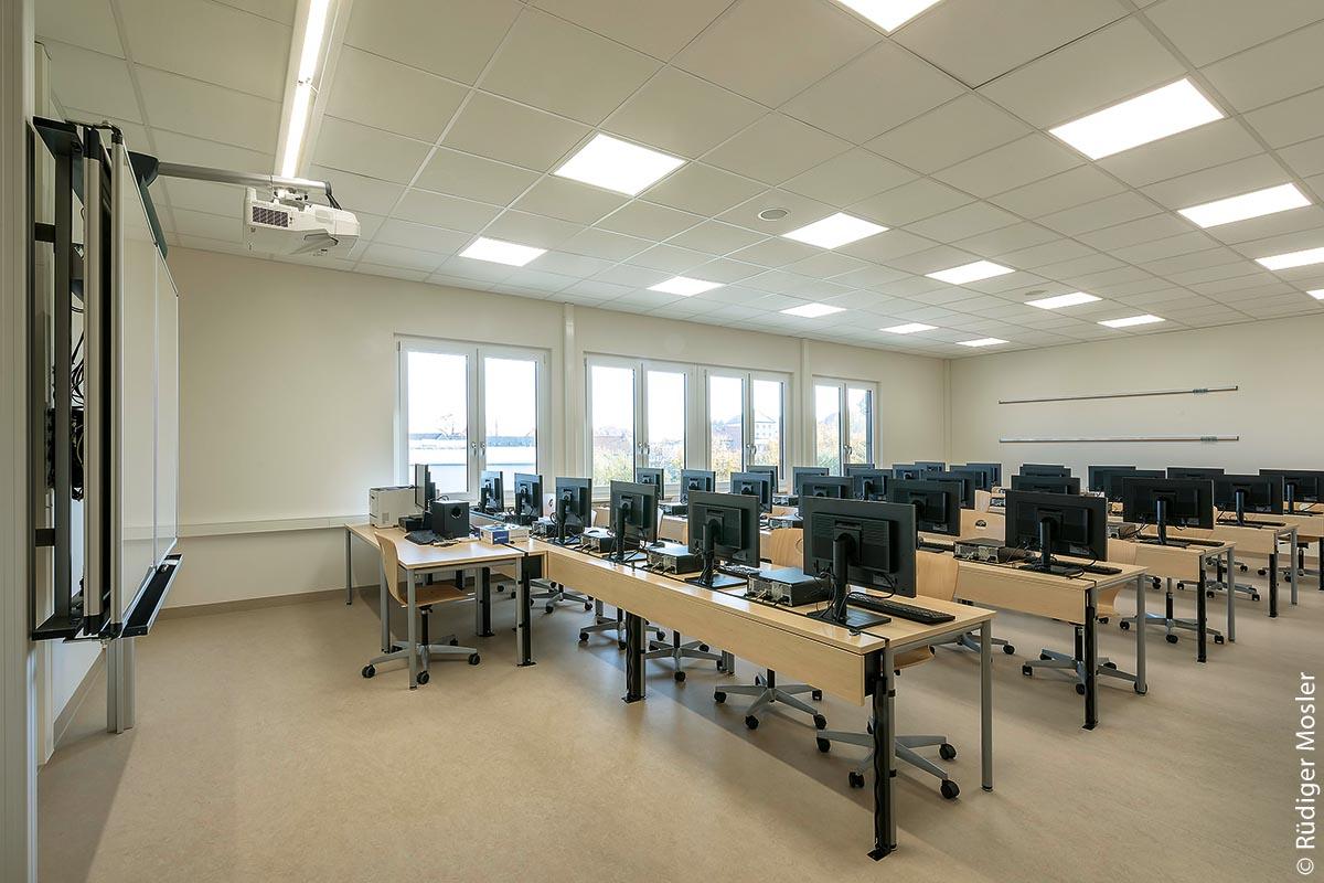 Neben zwölf normalen Klassen verfügt der Neubau über diverse Fach- und Freiarbeitsräume. Dazu gehört beispielsweise dieser modern ausgestattete Informatikraum mit Computern und Multifunktionsboard.
