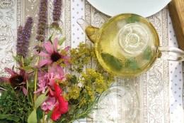 """Die aus 15 Pflanzenarten bestehende """"Teemischung Blütenelixier"""" ist eine der attraktivsten essbaren Mischungen, die Nutzbarkeit mit Schönheit verbindet. Diese Mischung ermöglicht pflegeleichte Bepflanzung und hohen Ertrag auf kleinster Fläche."""