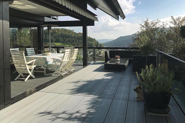 Der um das Wohnhaus verlaufende Außenbereich sollte neben einem Ruhepol für die Familie auch ein Ort sein, an dem man sich als Gast in geselliger Runde wohlfühlt.