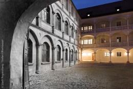 Innenhof des Thon-Dittmer-Palais in Regensburg, Hauptsitz von Volkshochschule und Stadtbücherei: Die Fotomontage zeigt Ansichten von damals und heute in einem Bild vereint.