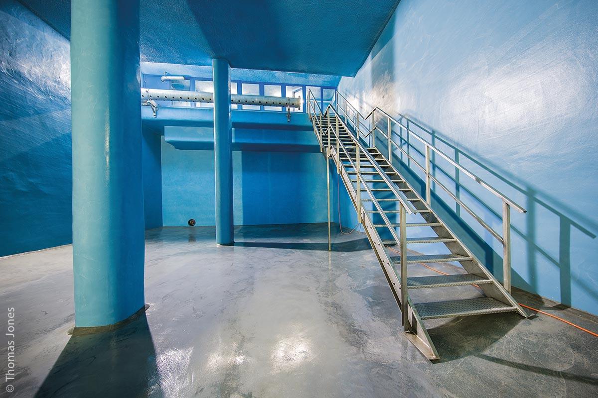 Günzburger Trinkwasserspeicher nach der Sanierung mit Zugangstreppe