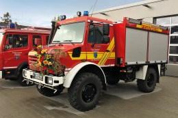 Der zu einem Tanklöschfahrzeug umgebaute Unimog U4000 stand am 12. Mai 2019, am Tag des Feuerwehrfestes der Rheinsheimer Zweigstelle der Feuerwehr Philippsburg, gereinigt und geschmückt für die festliche Übergabe bereit.