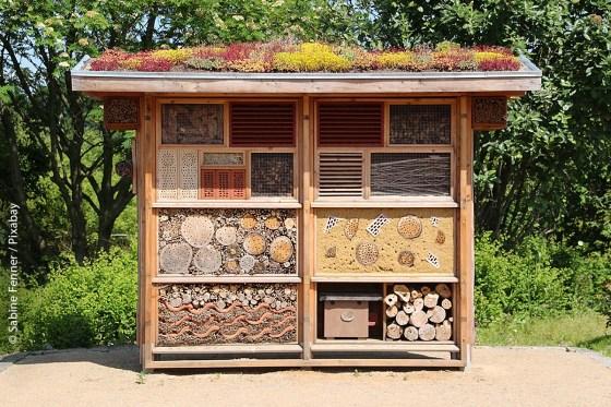 Insektenhotels werden nur dann besiedelt, wenn die Nistmöglichkeiten artgerecht angelegt wurden und es genügend Nahrung – sprich, ganzjährig blühende und selten gemähte Wild-/Blumenwiesen – in unmittelbarer Nähe gibt.