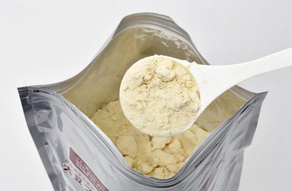 袋に入っている粉を白いスプーンですくう