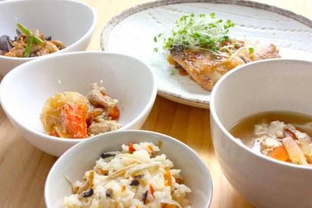 みそ汁や炊き込みご飯と小鉢