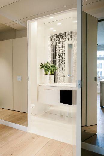 shift_change-warsaw-apartment-hallway-bathroom-mirrors
