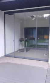 закрытые двери стеклянные створки дверей FLOPPY PARKING