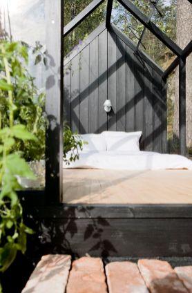 кровать в зимнем саду