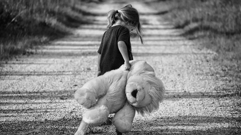 verletzliches Kind mit Teddy
