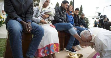 Paus Fransiskus membasuh dan mencium kaki 12 tahanan di penjara Regina Coeli di Roma pada Misa Perjamuan Tuhan, Kamis (29/3/2018))