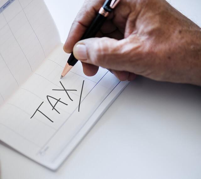 税と書いている手