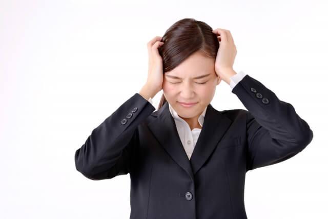 公務員試験に悩む女性