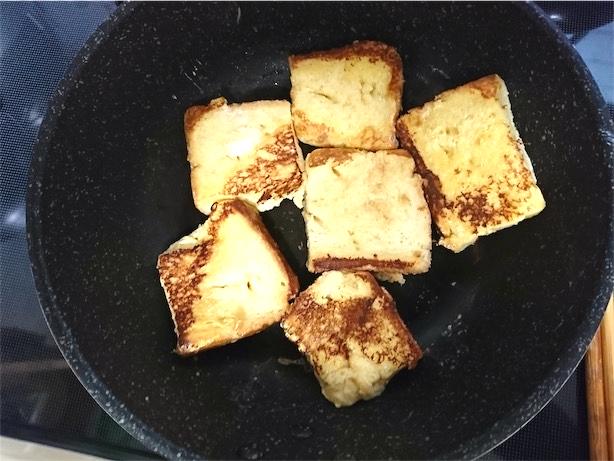フレンチトースト焼いてます