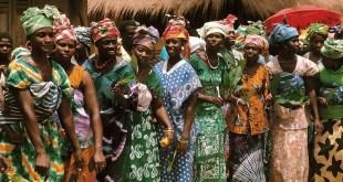 Ne prenez pas leur sourire pour de la faiblesse. Lorsqu'elles se fâchent rien n'arrêtent la femme guinéenne. Source photo: guinee7.com
