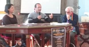"""Mimmo Lucano, maire de Riace, à sa droite Tiziana Barillà, l'auteure du livre """"Mimmi Capatosta"""" et à sa gauche, le Revenu. Alex Zanotelli. Photo de l'auteur"""