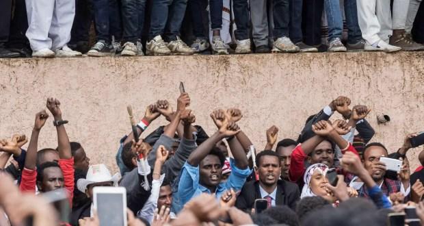 Les gens protestent contre le gouvernement éthiopien pendant le festival Irreecha dans l'Oromia pour célébrer la fin de la saison des pluies, à Bishoftu, le 1er octobre 2017. U/ PHOTO AFP / ZACHARIAS ABUBEKER