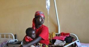 Une mère et son enfant soignés pour le paludisme dans un hôpital du Burundi. Le gouvernement du pays fournit des soins de santé gratuits aux femmes enceintes et aux enfants de moins de cinq ans. Burundi, 12 mars 2009. Photographie utilisée avec l'autorisation du PNUD via Flickr CC BY-NC-ND 2.0.