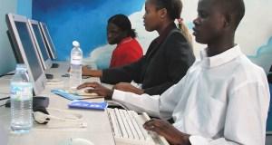 Photo Arne Hoel/Banque mondiale Des jeunes utilisant des ordinateurs dans un café Internet à Kampala, en Ouganda.