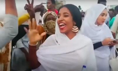Alaa Salah est devenue un symbole du rôle des femmes dans le soulèvement contre le chef autocratique du Soudan Omar al-Bashir, qui a été évincé par l'armée. Les images d'elle chantant des chansons traditionnelles lors des manifestations à Khartoum sont devenues virales sur les réseaux sociaux, où les femmes et les minorités au Soudan sont souvent confrontées à un harcèlement en ligne intense. Capture d'écran via VOA / YouTube, 16 avril 2019.