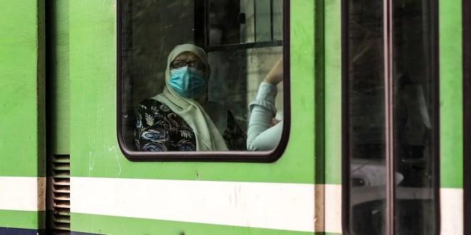 Une femme dans le métro en Tunisie pendant la pandémie de COVID-19. Photo par Brahim Guedich, sous licence CC BY-SA 4.0