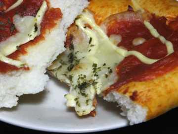 コンビニパンだ_完熟トマトとチーズのピザパン_中身05