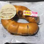 コンビニパンだ_クリームチーズ&2種のべリーベーグル【ローソン】_外観00