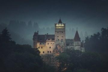 Et billede af et skummelt udseende slot.