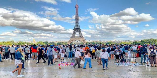 Des touristes at Trocadera square, Paris, France.