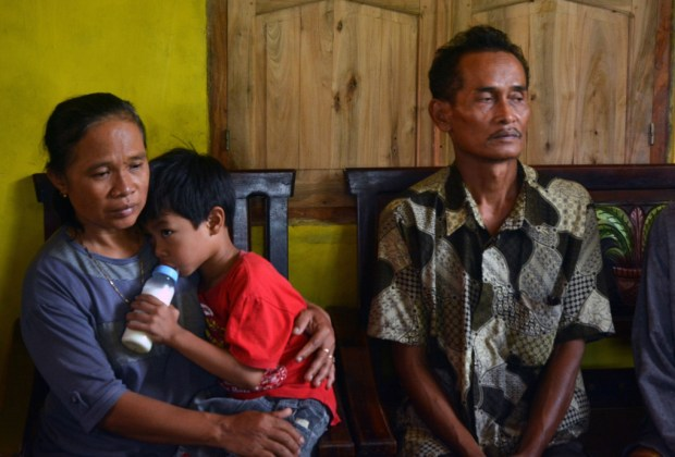 sumarti-ningsihs-father-ahmad-kaliman-with-her-mother-suratmi-and-their-5-year-old-son-muhammad-hafidz-arnovan